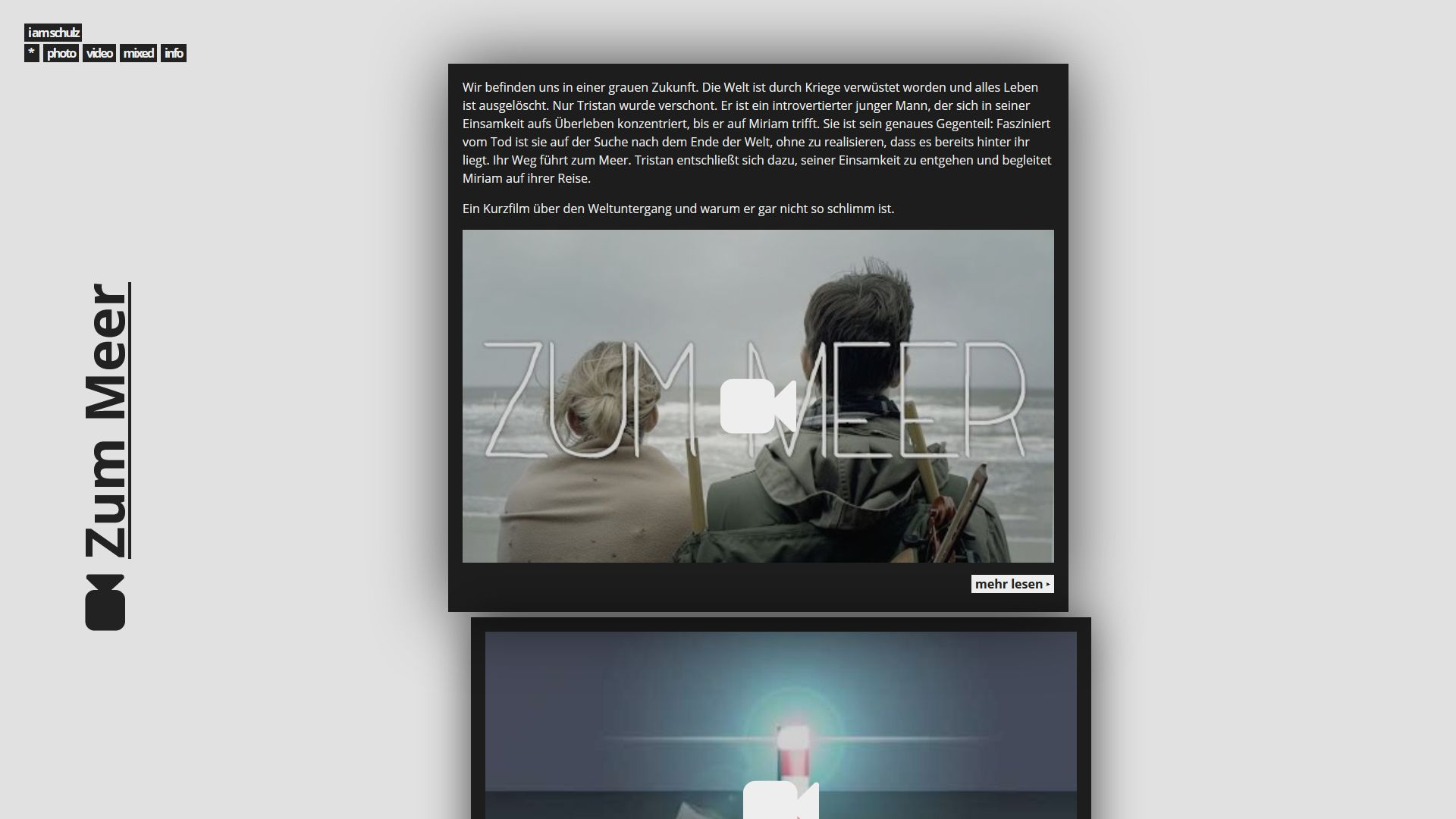 A screenshot of this website in 2016. It features a similar floating navigation. It functions as a blog article listing, teasing the article 'Zum Meer'. Teasers are black boxes with white text and cover images, randomly offset to the grid by small distances.